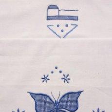 Antigüedades: FUNDA DE ALMOHADA CON GRANDES BORDADOS COLOR AZUL. CAMA DE 1,50. Lote 104111123