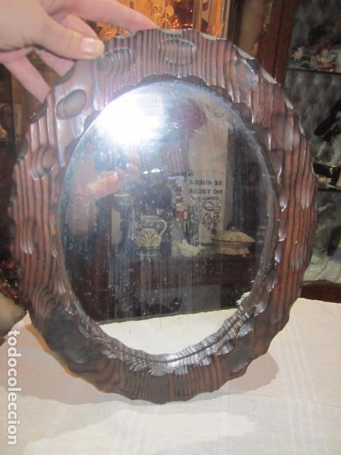 Antigüedades: Espejo con marco de madera rústico. Marco: 34 x 28 cms. Espejo: 19,5 x 26,5 cms. - Foto 2 - 104148919