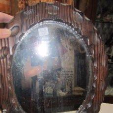 Antigüedades: ESPEJO CON MARCO DE MADERA RÚSTICO. MARCO: 34 X 28 CMS. ESPEJO: 19,5 X 26,5 CMS.. Lote 104148919