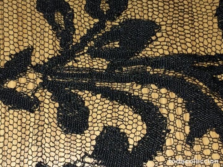 Antigüedades: GRAN MANTILLA. ENCAJE SEMIMANUAL. SEDA O VISCOSA. HIJOS DE P. FIGUERAS. ESPAÑA. CIRCA 1940 - Foto 7 - 104176195