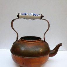 Antigüedades: TETERA DE COBRE CON ASA DE CERAMICA.. Lote 104185359