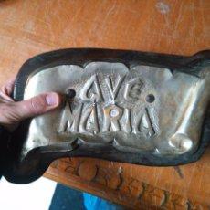 Antigüedades: BONITO AVE MARIA PARA COLGAR AÑOS 70 MADERA Y METAL CON BAÑO DE PLATA . Lote 104262363
