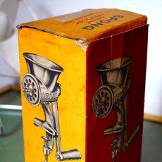 Antigüedades: MAQUINA CHORIZOS EN CAJA COCINA VINTAGE ANTIGUA. Lote 104268403