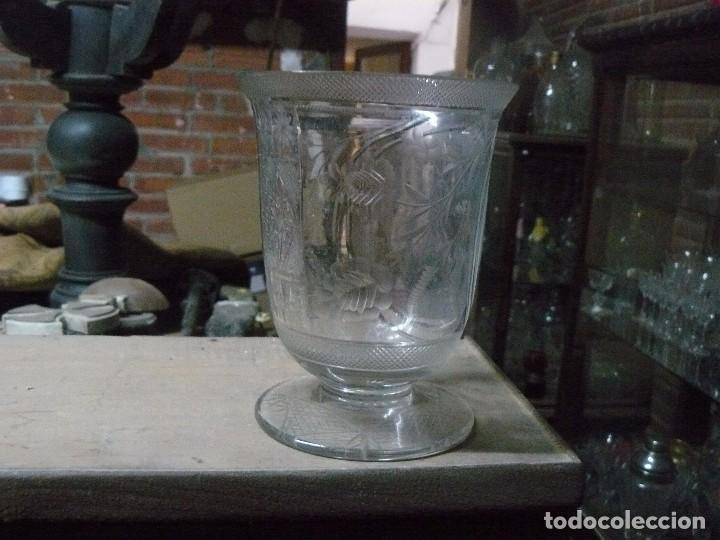 JARRÓN EN FORMA DE COPA DE CRISTAL SOPLADO Y TALLADO (Antigüedades - Cristal y Vidrio - Inglés)