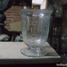 Antigüedades: JARRÓN EN FORMA DE COPA DE CRISTAL SOPLADO Y TALLADO . Lote 104284623