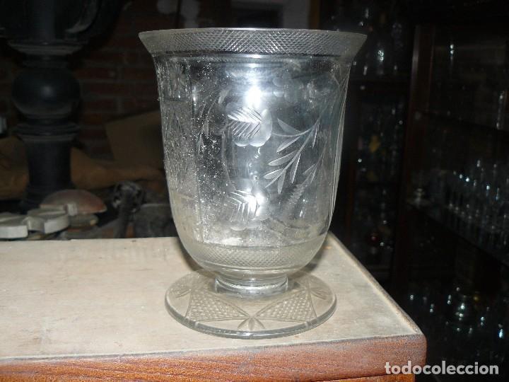 Antigüedades: Jarrón en forma de copa de cristal soplado y tallado - Foto 2 - 104284623
