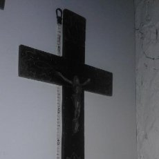 Antigüedades: ANTIGUO CRUCIFIJO ARTESANAL CRISTO DE METAL CON LA MADERA TALLADA. Lote 104325247