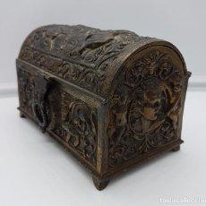 Antigüedades: COFRE JOYERO ANTIGUO MUSICAL EN METAL CON BELLOS MOTIVOS GÓTICO MEDIEVALES EN RELIEVE .. Lote 104403951