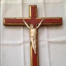 Antigüedades: CRISTO DE HUESO TALLADO SOBRE CRUZ. S XIX. Lote 104484123