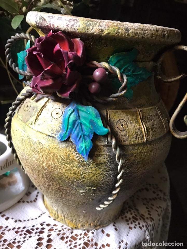 Antigüedades: Jarrón de terracota con flores metálicas - Foto 2 - 104357351