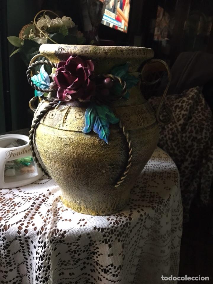 Antigüedades: Jarrón de terracota con flores metálicas - Foto 3 - 104357351