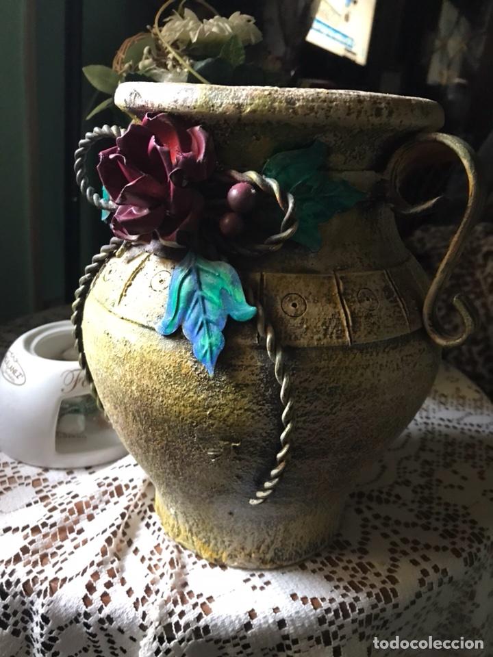 Antigüedades: Jarrón de terracota con flores metálicas - Foto 9 - 104357351