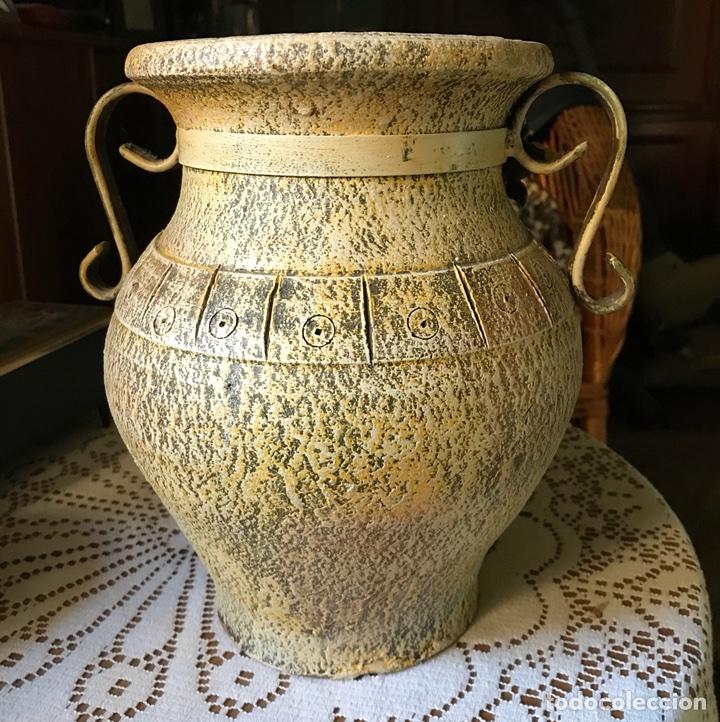 Antigüedades: Jarrón de terracota con flores metálicas - Foto 5 - 104357351