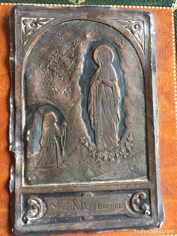 GUARDA PAZ VIRGEN DE LOURDES EN ANTIGUISIMO GRABADO PLATA Y BRONCE (Antigüedades - Religiosas - Varios)