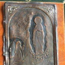 Antigüedades: GUARDA PAZ VIRGEN DE LOURDES EN ANTIGUISIMO GRABADO DE PLATA Y BRONCE. Lote 104602458