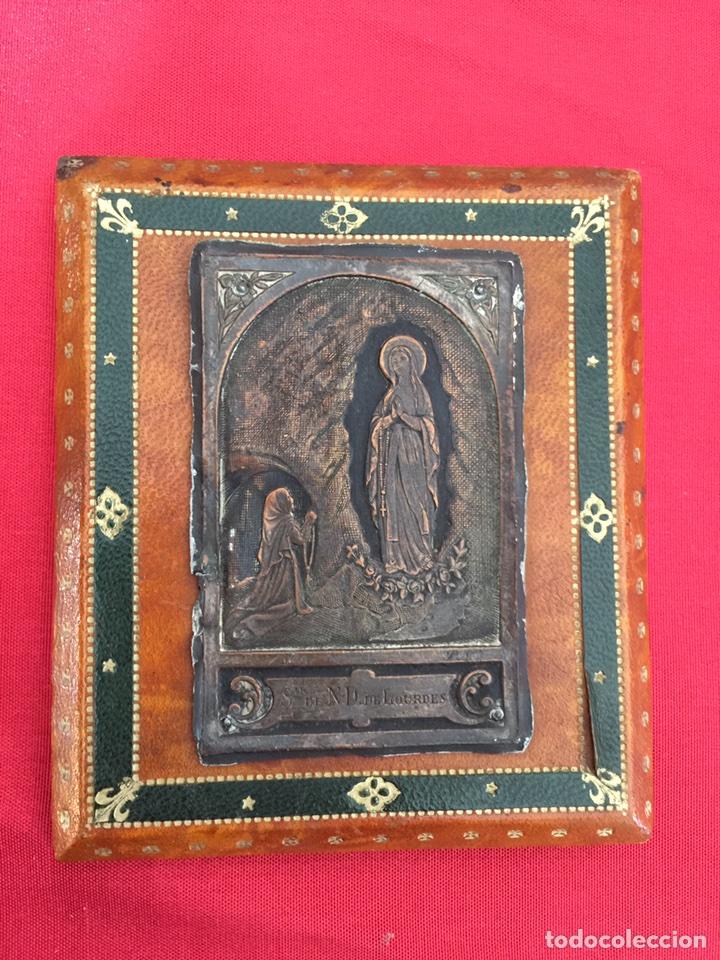 Antigüedades: guarda paz Virgen de Lourdes en antiguisimo grabado plata y bronce - Foto 2 - 104602458