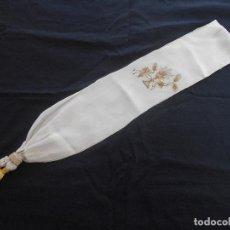 Antigüedades: BONITA BANDA DE TRAJE DE PRIMERA COMUNION EN CRESPON, BORDADA A MANO. Lote 104627227