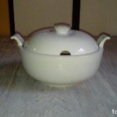 Antigüedades: SOPERA PORCELANA BLANCA SAN CLAUDIO. Lote 104632683