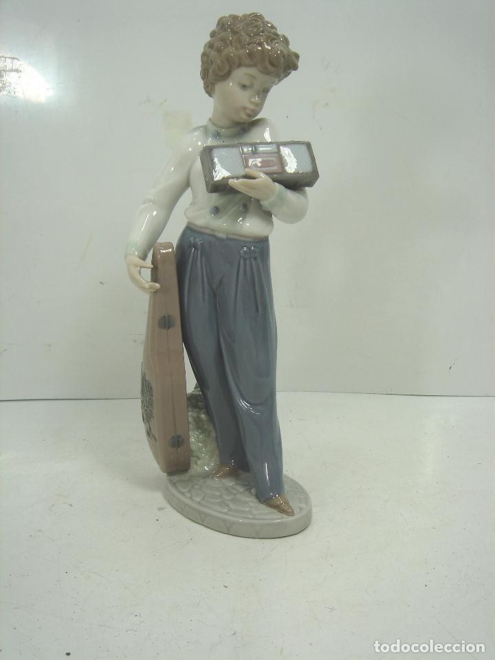 FIGURA PORCELANA - LLADRO -MUSICO CON SU RADIO REF:5810- AÑO 1991 1994 - INCLINACION MUSICAL (Antigüedades - Porcelanas y Cerámicas - Lladró)