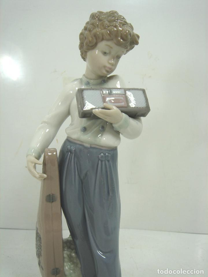 Antigüedades: FIGURA PORCELANA - LLADRO -MUSICO CON SU RADIO REF:5810- AÑO 1991 1994 - INCLINACION MUSICAL - Foto 2 - 104640527