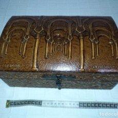 Antigüedades: CAJA COBRE DE MADERA FORRADA EN PIEL REPUJADA, LA MEZQUITA DE CORDOBA, HERRAJES FORJA 30X19X13 CMS. Lote 104647431