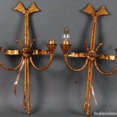 Antigüedades: PAREJA DE APLIQUES DE HIERRO DORADO AÑOS 60. Lote 104700959
