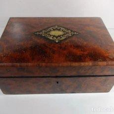 Antigüedades: MAGNIFICO ANTIGUO COSTURERO BULLE EN RAIZ TAPA BOMBÉ CON INCRUSTACIONES DE LATON Y CAREY. Lote 104723291