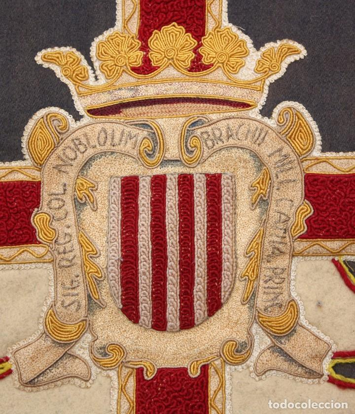 Antigüedades: ESPECTACULAR TAPIZ O REPOSTERO CON ESCUDO DE CASTILLA Y LEON. 390 X 240 CM. MILITAR - Foto 3 - 104874643