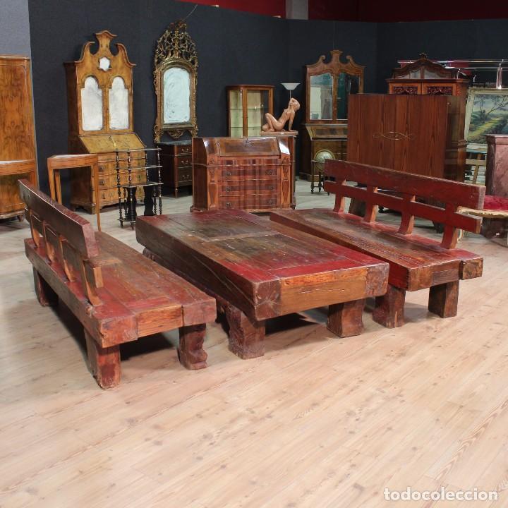 Antigüedades: Juego de dos bancos con una mesa lacados - Foto 2 - 104880743
