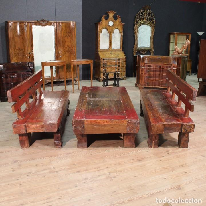 Antigüedades: Juego de dos bancos con una mesa lacados - Foto 3 - 104880743
