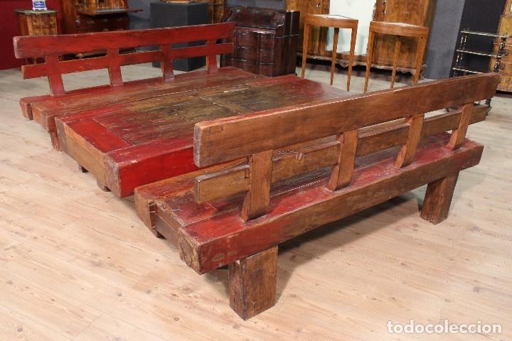Antigüedades: Juego de dos bancos con una mesa lacados - Foto 4 - 104880743
