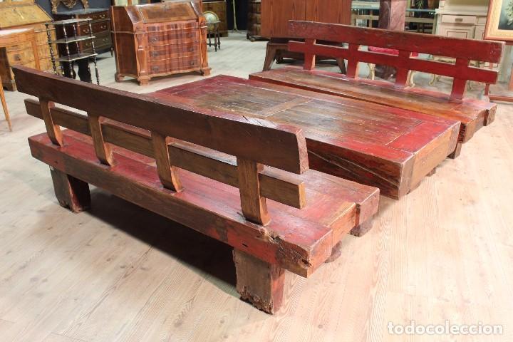 Antigüedades: Juego de dos bancos con una mesa lacados - Foto 5 - 104880743