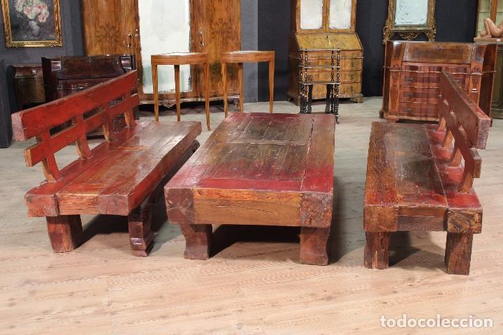 Antigüedades: Juego de dos bancos con una mesa lacados - Foto 6 - 104880743