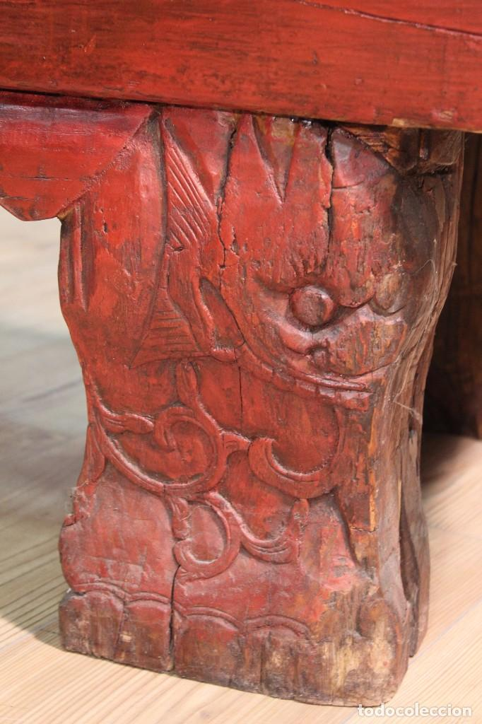 Antigüedades: Juego de dos bancos con una mesa lacados - Foto 8 - 104880743