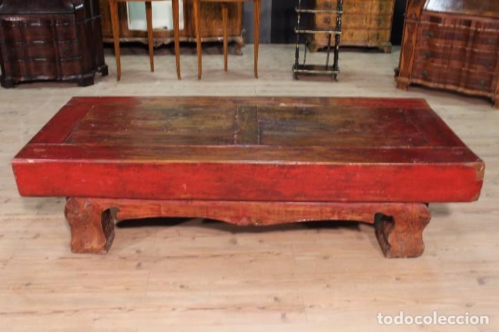 Antigüedades: Juego de dos bancos con una mesa lacados - Foto 11 - 104880743