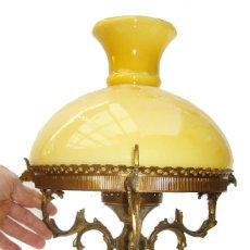 Antigüedades: ELEGANTISIMA LAMPARA ANTIGUA CIRCA 1920 ANTIGUO TIPO QUINQUE BRONCE Y OPALINA . Lote 104903115