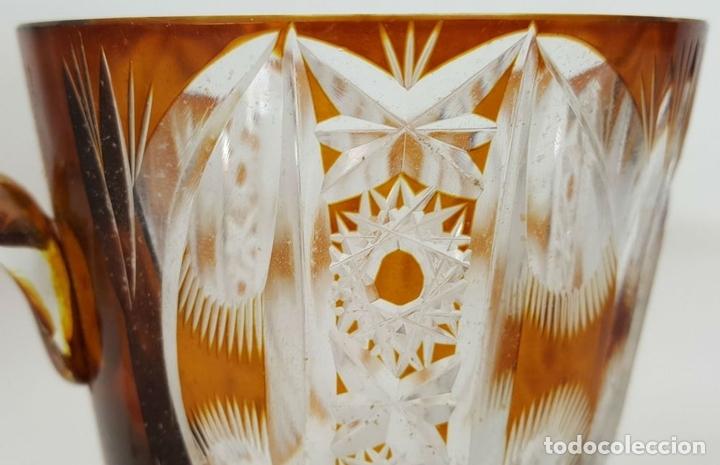 Antigüedades: JUEGO DE JARRA DE AGUA Y 5 JARRAS. CRISTAL TALLADO. COLOR AMBAR. CIRCA 1950. - Foto 10 - 104877735