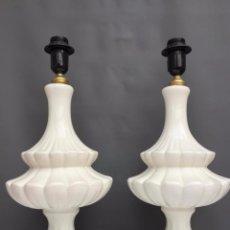 Antigüedades: PAREJA DE LAMPARAS DE CERAMICA DE MANISES COLOR BLANCO - LAMPARA. Lote 104906807