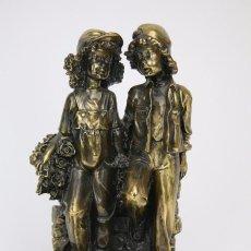 Antigüedades: ESCULTURA DE RESINA Y BRONCE SOBRE PEANA DE MÁRMOL NEGRO - NIÑOS CON FLORES - LOGA ART. Lote 104957743