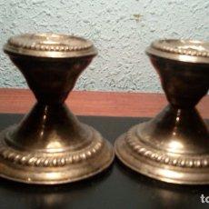 Antigüedades: PAREJA DE CANDELABROS DE PLATA DE LEY CONTRASTADO. Lote 131425703