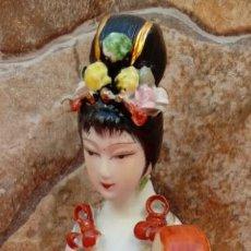 Antigüedades: FIGURA EN PORCELANA CHINA ANTIGUA. 26,5 CMS DE ALTO. EN PERFECTO ESTADO.. Lote 104978219