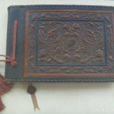 Antigüedades: PRECIOSO ALBUM DE FOTOS DE CUERO REPUJADO Y PERGAMINO DENTRO . SIN USAR. AÑOS 30. Lote 105015175