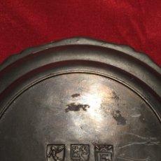 Antigüedades: PLATO DE ESTAÑO CON SELLOS. Lote 138971498