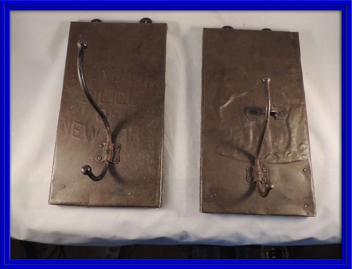 BONITAS PERCHAS INDIAS EN METAL CON INSCRIPCIONES (Antigüedades - Hogar y Decoración - Otros)