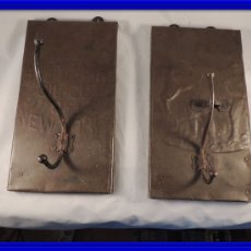 Antigüedades: BONITAS PERCHAS INDIAS EN METAL CON INSCRIPCIONES. Lote 105073067
