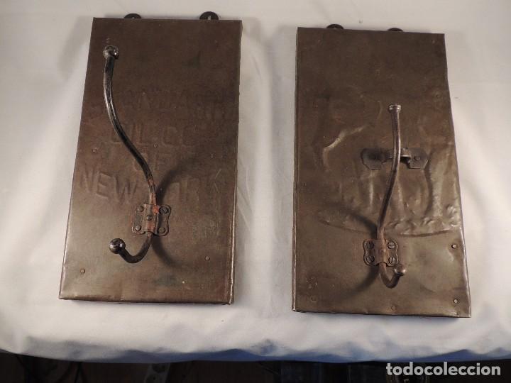 Antigüedades: BONITAS PERCHAS INDIAS EN METAL CON INSCRIPCIONES - Foto 8 - 105073067