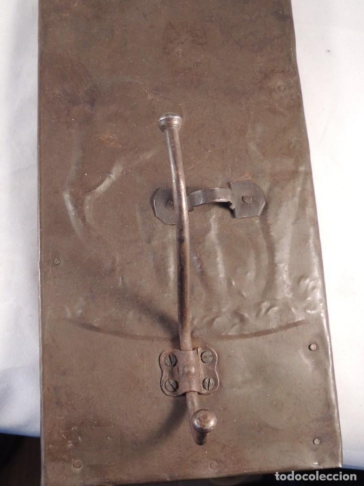 Antigüedades: BONITAS PERCHAS INDIAS EN METAL CON INSCRIPCIONES - Foto 4 - 105073067