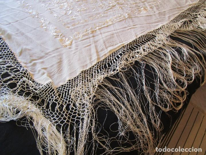 Antigüedades: manton manila blanco marfil con flores bordadas de seda - Foto 10 - 105078167