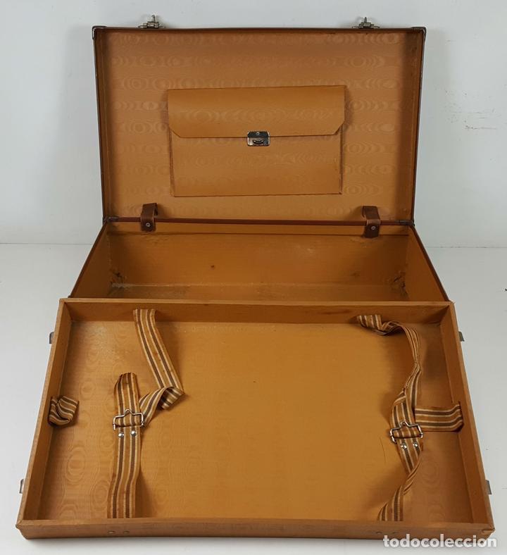 MALETA DE VIAJE. FIBRA DE MADERA. FORRADA DE PIEL. DOBLE COMPARTIMENTO. CIRCA 1950. (Antigüedades - Moda y Complementos - Hombre)