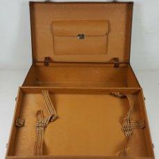 Antigüedades: MALETA DE VIAJE. FIBRA DE MADERA. FORRADA DE PIEL. DOBLE COMPARTIMENTO. CIRCA 1950.. Lote 105244275